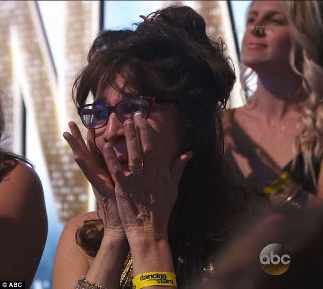 Mẹ của Nyle cũng không kìm được xúc động.