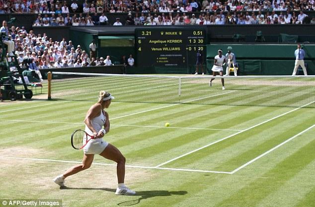 Một pha bóng giằng co trong trận đấu giữa Angelique Kerber và Venus Williams