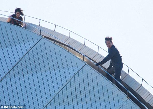 Những phân cảnh rượt đuổi thót tim của Thành Long trong bộ phim mới mang tên Bleeding Steel vừa được công bố. Trong loạt ảnh được ghi lại, nam diễn viên nổi tiếng đã có màn giao đấu với một người phụ nữ trên nóc Nhà hát Opera Sydney.