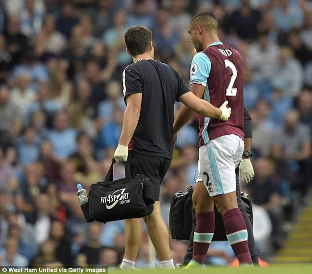 Cầu thủ West Ham Winston Reid phải nhờ tới sự chăm sóc của nhân viên y tế sau pha bóng ác ý của Aguero.
