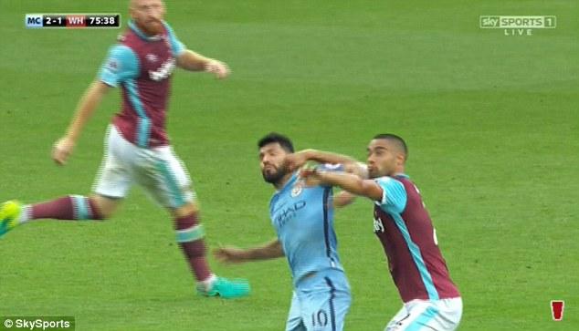 Bực tức vì bị đeo bám, Aguero không ngần ngại tặng cho Winston Reid một cái cùi trỏ thẳng mặt.