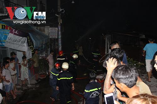 Căn nhà xảy ra cháy nằm sâu trong hẻm khiến việc tiếp cận gặp khó khăn. (Ảnh: VOV)