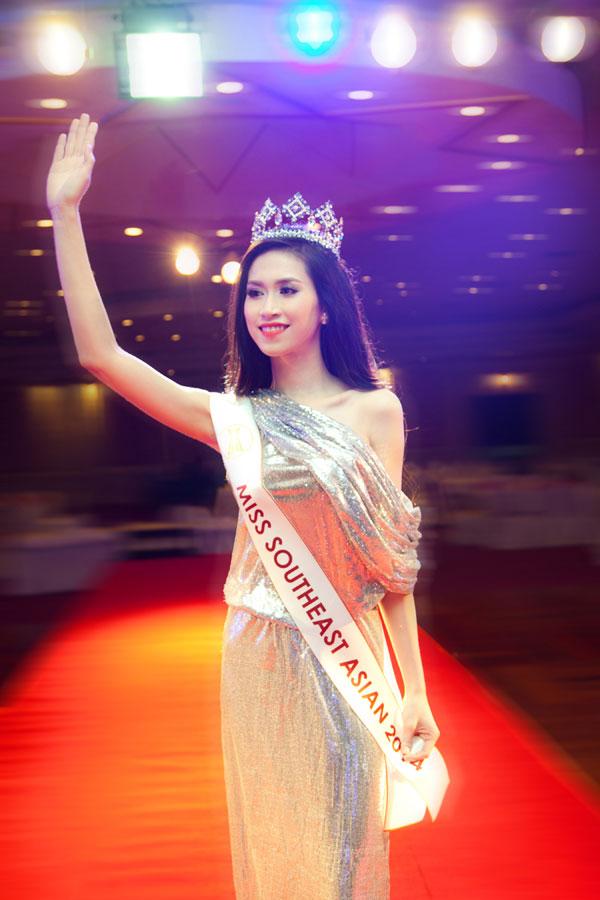Hình ảnh của cô với chiếc vương miện Hoa hậu Đông Nam Á 2014