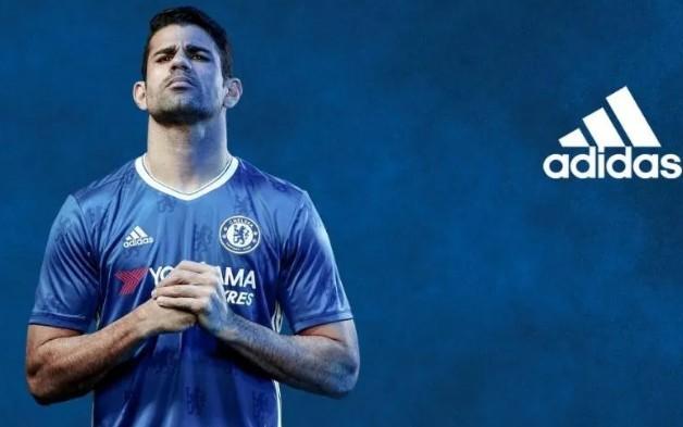 Áo đấu sân nhà của Chelsea khá bắt mắt với thiết kế linh vật được in chìm trên thân áo