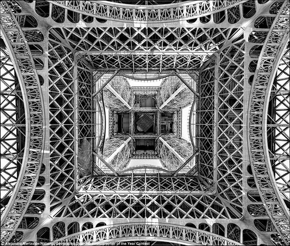 Nhiếp ảnh gia Alejandro Merizalde cho thấy một góc nhìn độc đáo của tháp Eiffel ở Thủ đô Paris, Pháp.