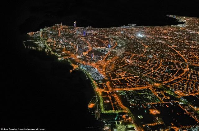 Trong shoot hình, Kuwait hiện lên với màu cam nổi bật tuyệt đẹp về đêm khi chiếc Boeing 777 bay qua các quốc gia vùng Trung Đông.