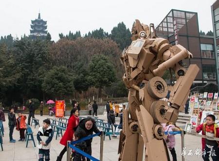 Bức tượng nhìn từ phía sau và phía bên