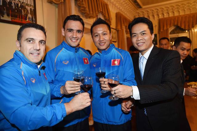 Niềm vui của toàn đội tại Đại sứ quán Việt Nam tại Uzbebekistan