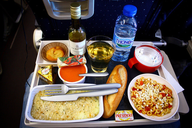 """Bàn ăn trên máy bay là một trong những """"ổ vi khuẩn"""""""
