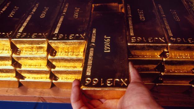 Khoảng 1/5 tổng lượng vàng của các chính phủ nằm ở London. Tổng cộng có khoảng 6.256 tấn vàng được lưu trữ trong các kho vàng trong và quanh London, tương đương với 248 tỷ USD. Riêng hầm vàng của Ngân hàng Anh giữ khoảng 5.134 tấn vàng, trong đó có cả dự trữ chính thức của kho bạc Anh và phần lớn giao dịch vàng vật chất ở London. Vàng thuộc sở hữu của 30 quốc gia khác cũng được lưu trữ tại đây. Điều này phản ánh an ninh chặt chẽ tại hầm vàng của London.
