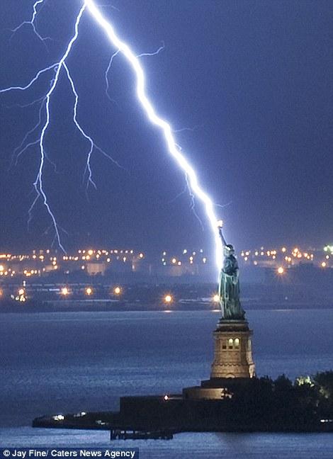 Tượng nữ thần Tự do ở New York lóe sáng khi sét đánh