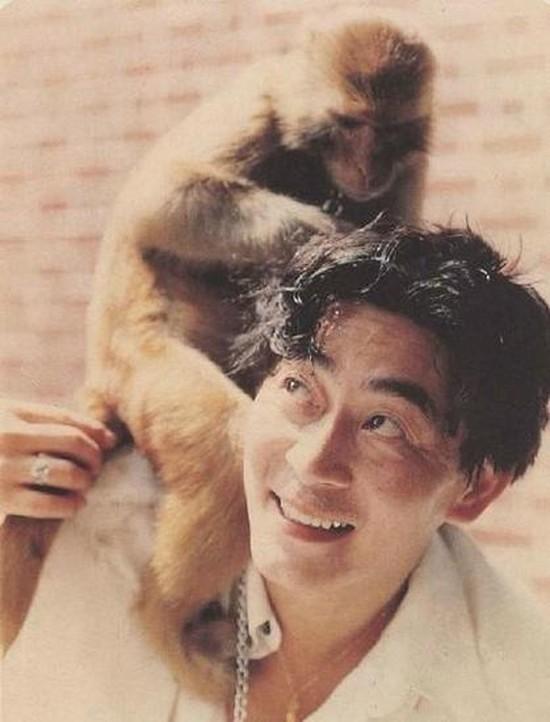 Chú khỉ khi chụp ảnh cùng năm đó đã được tôi nuôi thời gian dài. Nhiều người còn nói đáng ra tôi nên sinh năm 1956 - tuổi Bính Thân - Lục Tiểu Linh Đồng chia sẻ. Ông được làm quen với các động tác hàng ngày, thói quen của khỉ. Điều này giúp ông dễ dàng khi hóa thân thành Tôn Ngộ Không.
