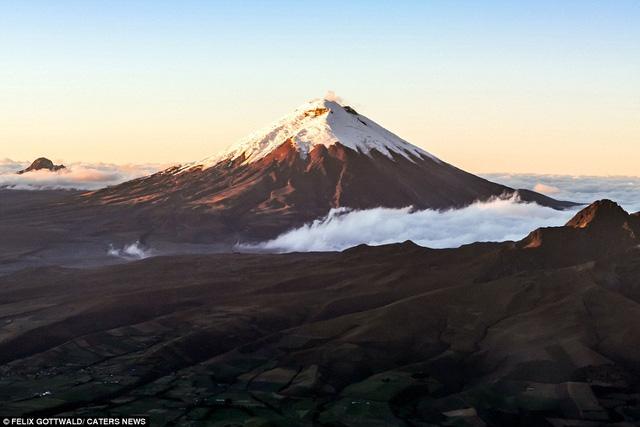 Khi bay qua dãy Himalaya hay núi Andes, bạn sẽ thấy con người thật nhỏ bé, chàng phi công 29 tuổi chia sẻ.