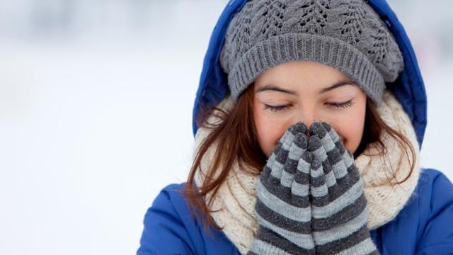Khi bị tê cóng, trước hết nên làm ấm tay, chân bằng hơi thở ấm hoặc áp phần tay, chân có quần áo ấm vào phần cơ thể bị lộ ra bên ngoài.