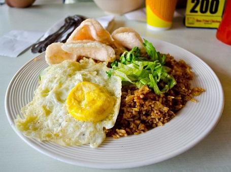 Ở Indonesia, Nasi Goreng thường được dùng như bữa ăn sáng. Món này gồm trứng và cơm chiên, và đôi khi có thêm thịt hoặc hải sản.