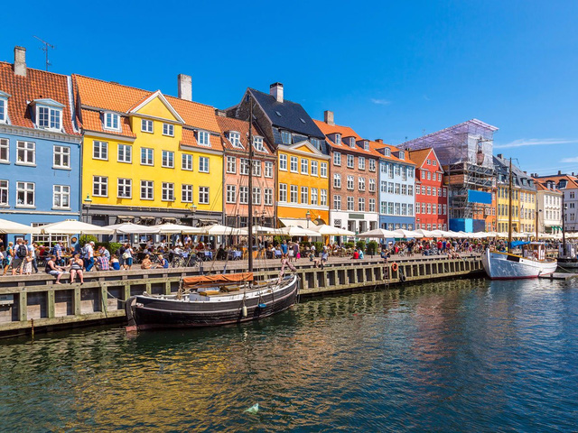 Thủ đô Copenhagen (Đan Mạch) nằm trên các hòn đảo ven biển của Zealand và Amager, nơi này có rất nhiều cây cầu và các đường đi bộ ven biển vô cùng thơ mộng. Bên cạnh việc có chế độ quân chủ lâu đời nhất trên thế giới, nó cũng là quê hương của hai công viên giải trí lâu đời nhất. Đây cũng là thành phố có nhiều nhà hàng cổ kính với nhiều món ăn ngon và các loại rượu hảo hạng.