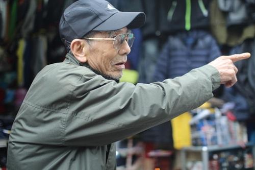 Nhà ông cách cửa hàng hơn một cây số. Trần Hạnh đưa tay chỉ hướng nhà.