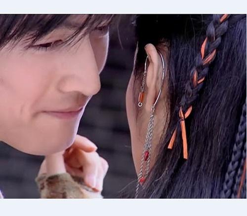 Không chỉ riêng Dương Mịch mà An Dĩ Hiên cũng bị Hồ Ca cướp đi nụ hôn màn ảnh đầu tiên.