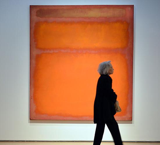 Bức tranh trên có ba màu cam, đỏ, vàng cũng của họa sĩ Mark Rothko có giá 86,9 triệu USD.
