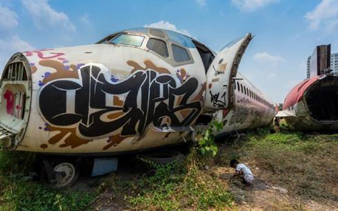 Đến nay, câu hỏi tại sao và bằng cách nào những chiếc máy bay này được đưa đến đây vẫn là một bí ẩn