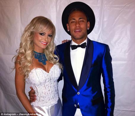 Neymar cặp kè cùng cô gái lạ trong đêm Giao thừa