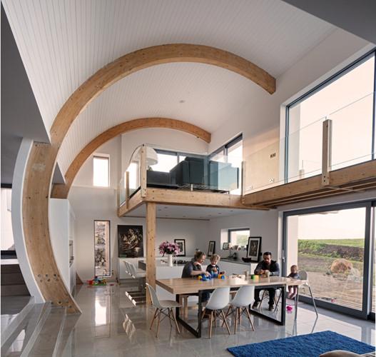 Thay vì những bức vách thẳng đứng, vuông vắn, căn biệt thự được thiết kế với những vách tường hình vòng cung, tạo nên sự độc đáo và mềm mại cho ngôi nhà