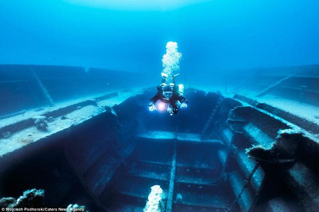 Người thợ lặn xuống khoang tàu