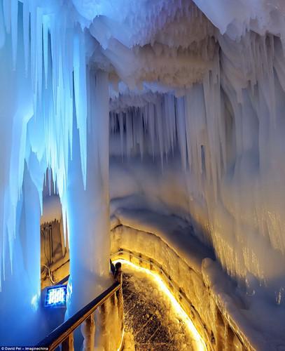 Hang động băng núi Luyashan có niên đại hơn 3 triệu năm. Với độ sâu hơn 83m chia làm 5 tầng, không gian trong hang có thể chứa hàng chục du khách tham quan mỗi lần.