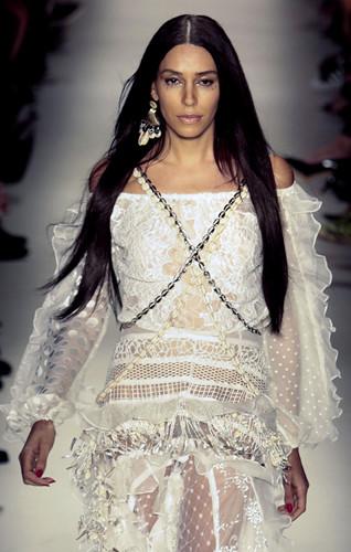Lea T là người mẫu và là gương mặt đại diện cho nhãn hàng mỹ phẩm dưỡng tóc của Mỹ Redken. Cô sinh ra ở Brazil nhưng lớn lên ở Italy. Sau khi trải qua phẫu thuật chuyển đổi giới tính năm 2012, Lea T đảm nhiệm vai trò giám đốc sáng tạo thời trang cao cấp của hãng Givenchy.