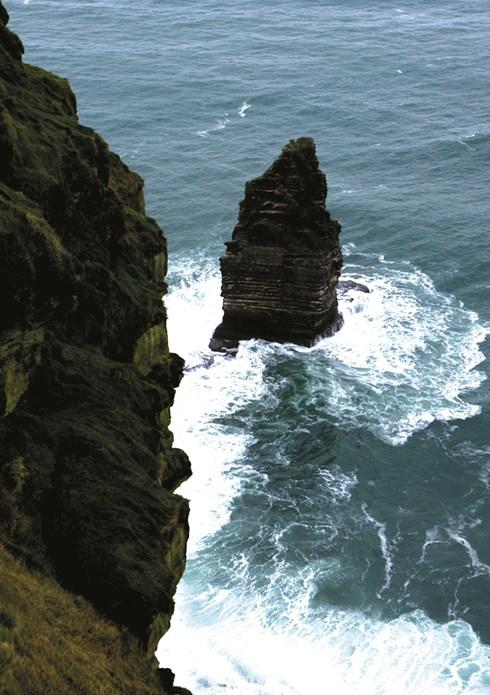 Cliff of Moher, kỳ quan thiên nhiên nổi tiếng ở hạt Clare, một vách đá khổng lồ cao hơn 250m dựng đứng như bức tường chắn sóng Đại Tây Dương.