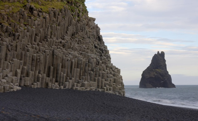 Những khối đá đều tăm tắp trên bờ biển