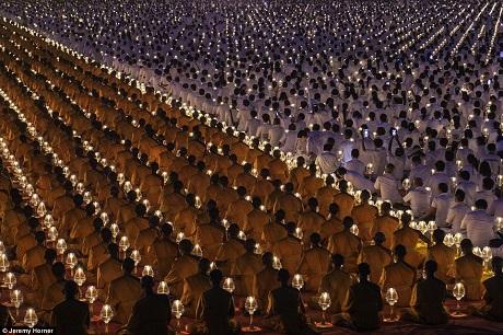 Những nhà sư rước nến trong sự kiện tổ chức thường niên, đón nhận những nhà sư mới tại ngôi chùa Wat Phra Dhammakaya ở phía Bắc thành phố Bangkok, Thái Lan.