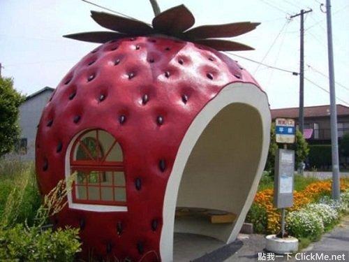 Trạm xe bus hình quả dâu tây vô cùng độc đáo