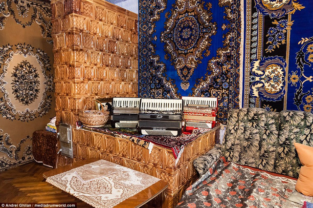 Trong căn nhà ông trưng bày rất nhiều món đồ liên quan tới âm nhạc