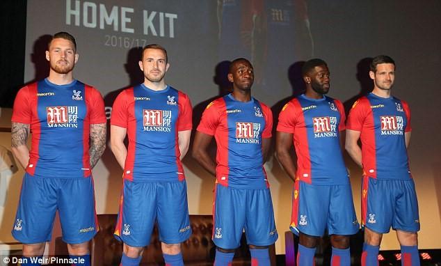 Bất chấp tin đồn sắp chuyển sang Tottenham, Yannick Bolasie (giữa) vẫn góp mặt trong buổi lễ ra mắt áo đấu mùa giải 2016/17 của Crystal Palace.