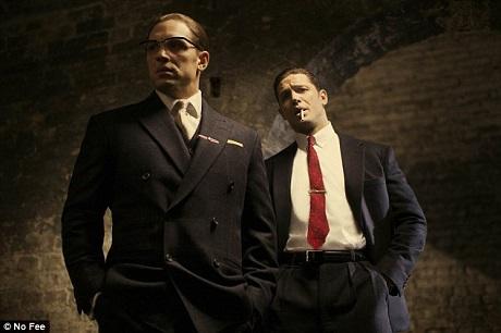 """Năm ngoái, Tom Hardy đã nhập vai hai anh em tội phạm khét tiếng một thời ở London hồi thập niên 1960 - Ronnie Kray và Reggie Kray - trong phim """"Legend""""."""