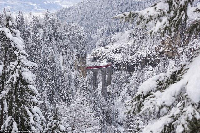 Cặp đôi này cũng chụp chính con tàu màu đỏ nổi tiếng này, giữa không gian trắng xóa tuyết của núi Alps.