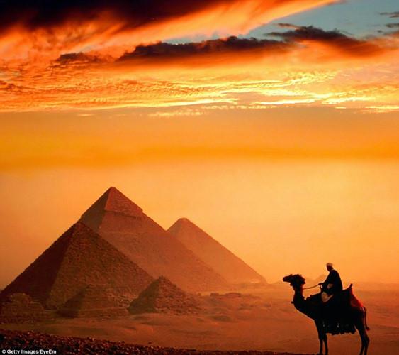 Hoàng hôn ở Đại kim tự tháp Giza, Ai Cập.