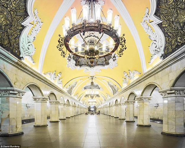 Khách đứng chờ ở trạm Komsomolskaya với trần vàng và đèn chùm lộng lẫy.