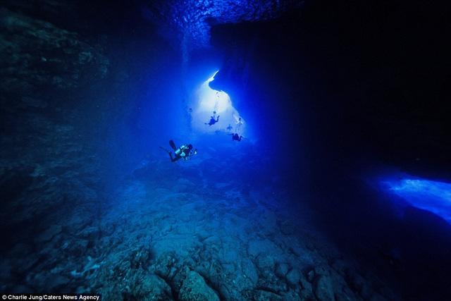 Lối vào hang Spain giống như cánh cửa bước vào thiên đường.