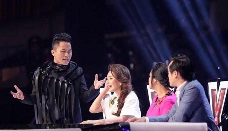 Chia sẻ về việc Thanh Lam ngồi ghế HLV X-factor và những lùm xùm Thanh Lam vừa gặp phải, Hồng Nhung cho rằng những chuyện như vậy thường xuyên xảy ra ở các chương trình truyền hình thực tế. Và khi ngồi ghế nóng, nghệ sĩ phải chấp nhận những ý kiến trái chiều