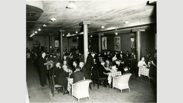 Hầm vàng của ngân hàng Anh được xây dựng vào những năm 1930. Trong Thế chiến II, khi vàng của nước Anh được bí mật chuyển đến Canada phòng trường hợp nước Anh bị tàn phá, căn hầm được sử dụng như một nhà ăn của các nhân viên ngân hàng. Đến những năm 1940, hầm được dùng làm nơi trú bom.