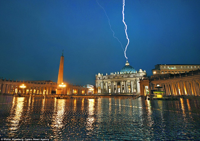 Một tia chớp chạm ngọn tháp ở nhà thờ St Peter tại Vatican khi có giông bão