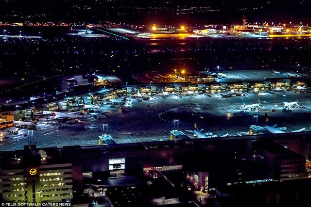 Cảnh tượng nhìn từ trên cao ở sân bay quốc tế Franfurt, Đức, khi chuyến bay chuẩn bị hạ cánh