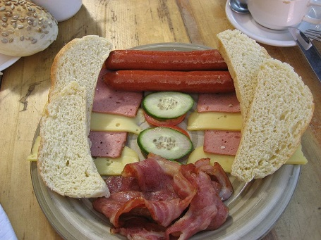 Bữa sáng điển hình của người Đức là thịt nguội, xúc xích, phô mai địa phương ăn kèm bánh mì tươi.