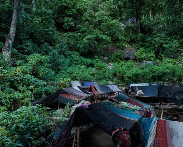 Cộng đồng người Raute sống định cư chủ yếu tại chân núi dãy núi Himalaya. Họ di chuyển tháng này qua tháng khác trong những khu rừng rậm ở miền tây Nepal.