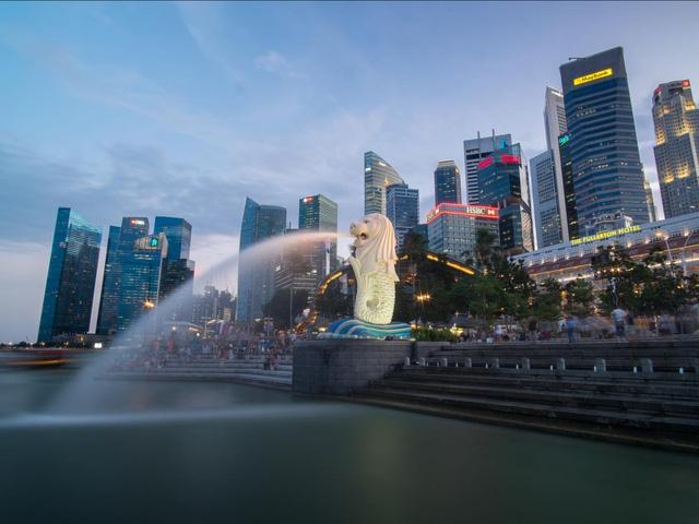 Singapore là một thiên đường cho cả người mua sắm và tín đồ ẩm thực. Đây cũng là nơi có hồ bơi lớn nhất thế giới, nằm ở Marina Bay Sands Hotel ở độ cao 57 tầng.