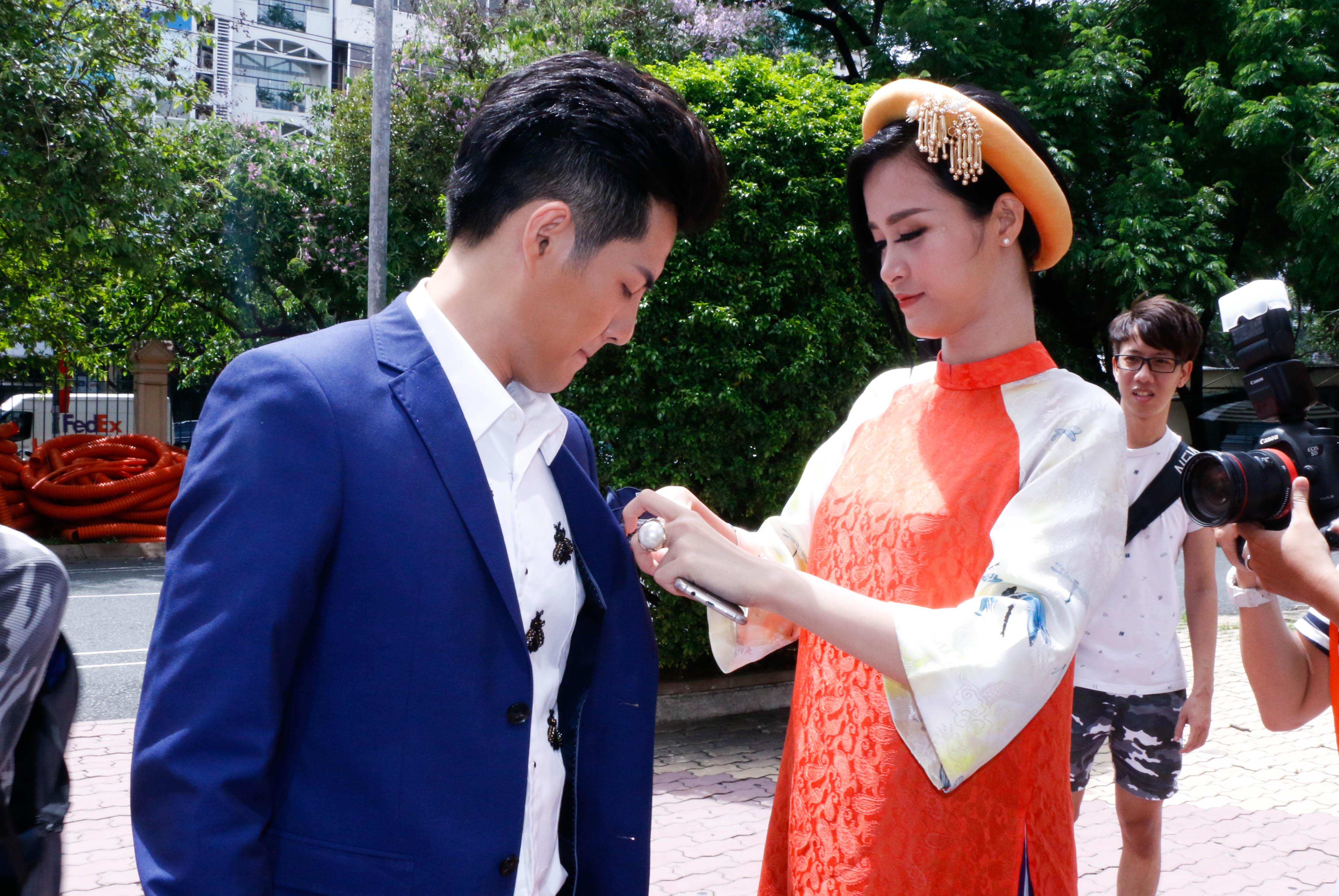 Đông Nhi không quên chỉnh sửa lại trang phục cho Ông Cao Thắng.