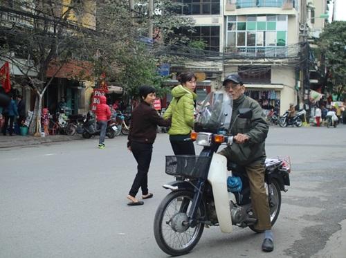 Tuổi đã cao nhưng ông vẫn lái xe máy. Chiếc xe đã gắn bó lâu năm với ông. Nghệ sĩ già chia sẻ cách đây vài ba năm ông vẫn lái xe đi diễn tận Hưng Yên. Giờ mắt đã mờ, sức khỏe yếu đi nhiều nên ông không dám đi xa.