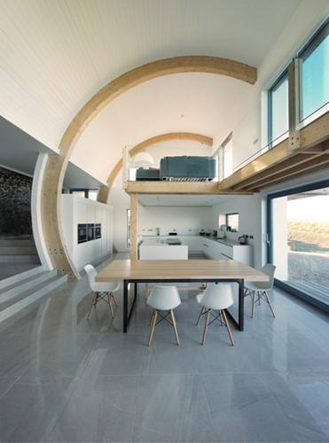 Những đồ nội thất mang gam màu sáng giúp ngôi nhà trở nên sang trọng hơn